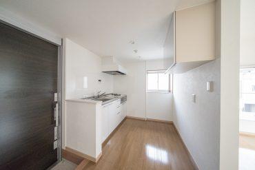 玄関に戻ってきました。キッチンは生活スペースとゆるやかに分けられています◎