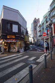 駅から歩いて3分の好立地、茶沢通りは下北沢につづきます