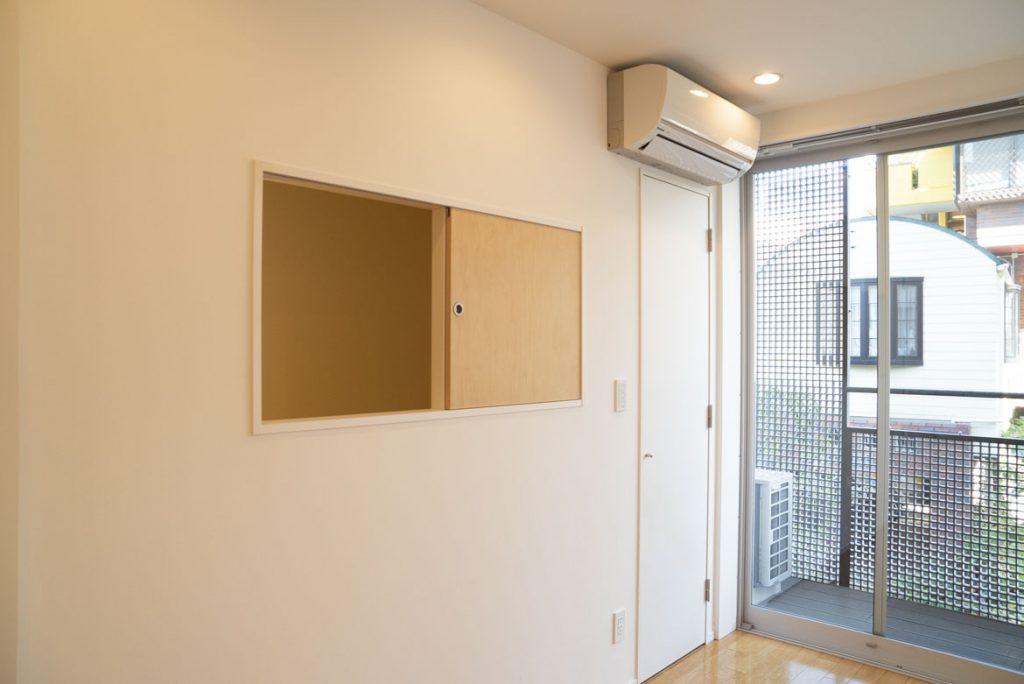 階段途中に繋がっている小窓。