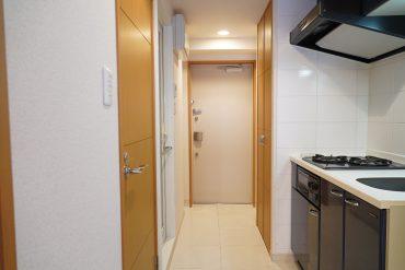 廊下から玄関周辺(写真は303号室(反転タイプ)のものです。間取りをご確認ください。)