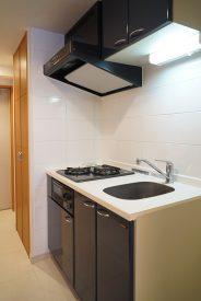 キッチンの奥の扉が洗濯機置き場になってます
