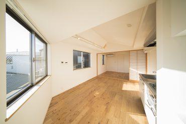 アパートの3階、最上階に位置する日当たりのいい1LDKの一室。
