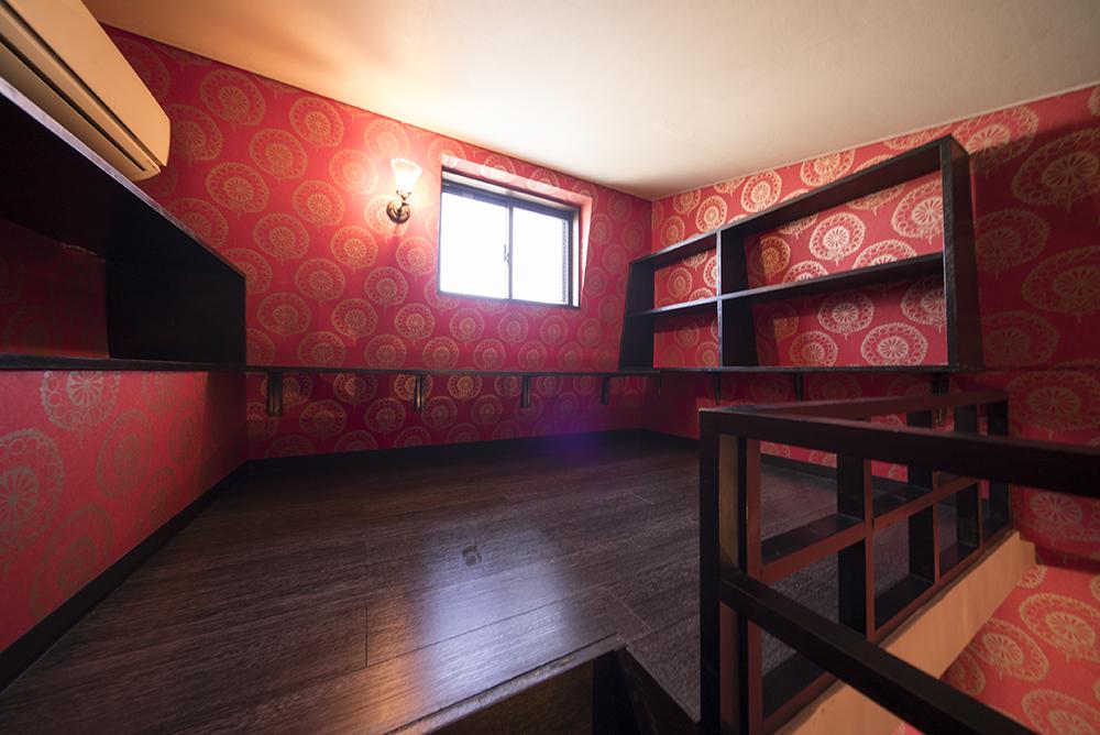 ロフトにも同じく、どっぷりとした色合いのつくり付け木製棚が並ぶ。