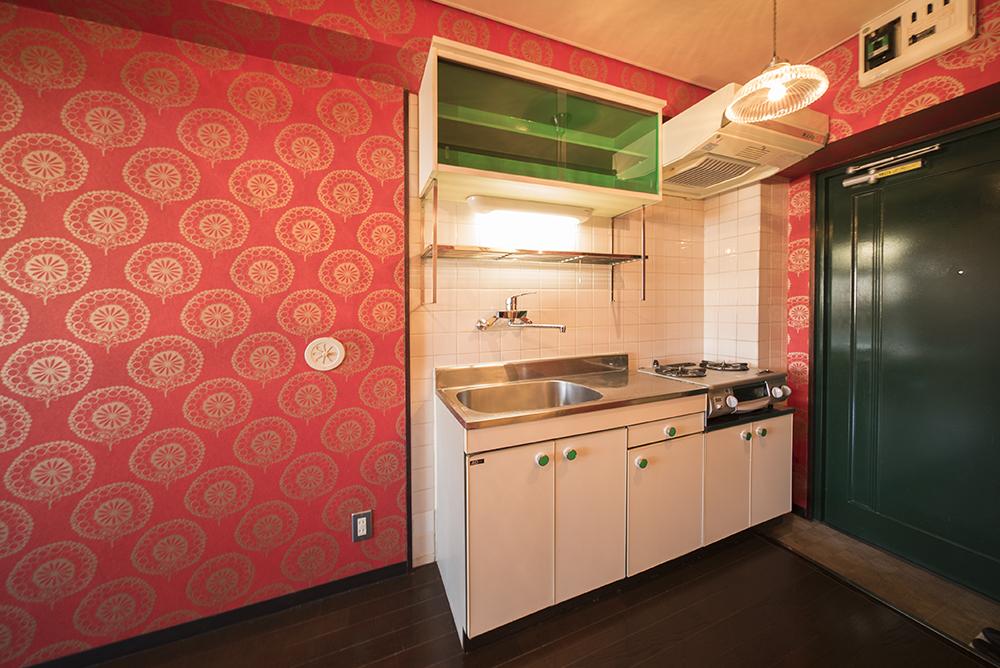食器棚と取手の翡翠(ヒスイ)のような緑色がアクセントのキッチン。
