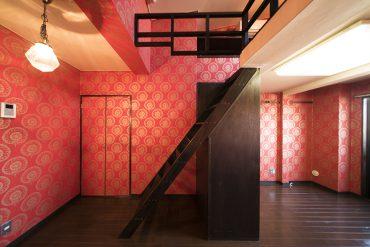 部屋の中央に位置するロフトへの階段+収納はオリジナル。