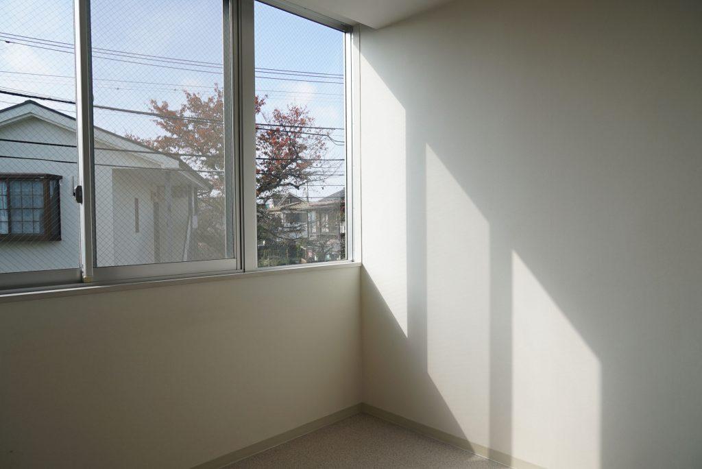 明るい窓、景色が平和