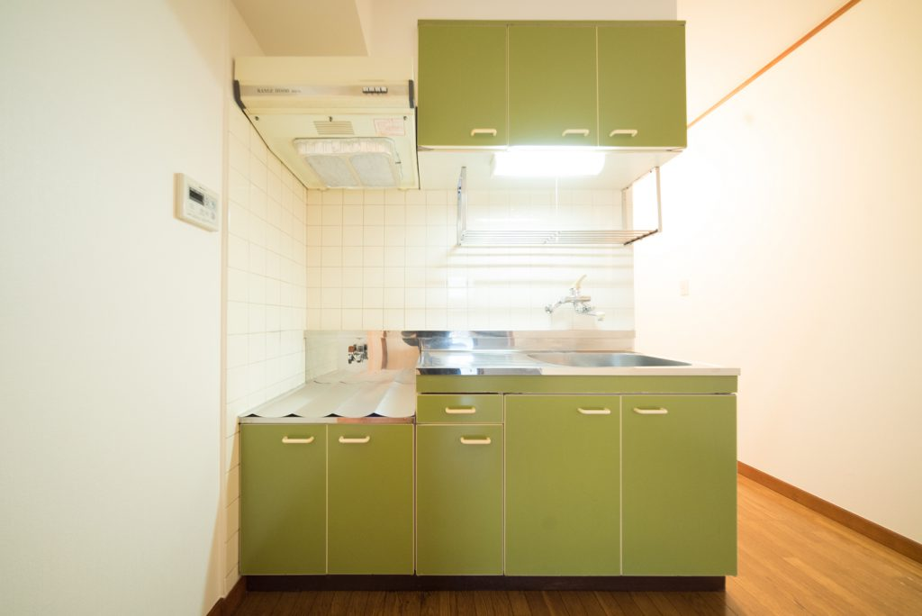 愛嬌ある緑色のキッチン。