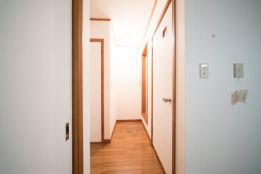 ダイニングから見て右手奥が浴室、右手前がトイレ。
