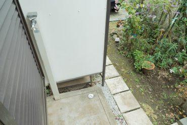 洗濯機置き場は庭の軒下に。