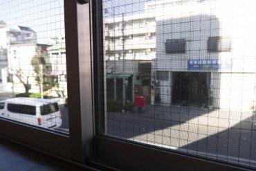 前の通りを見渡す窓。