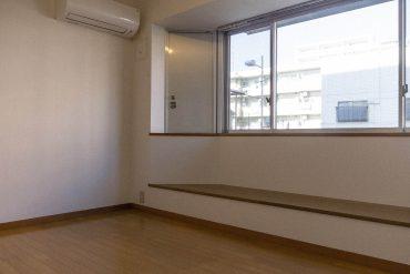 大きな出窓が印象的な室内。