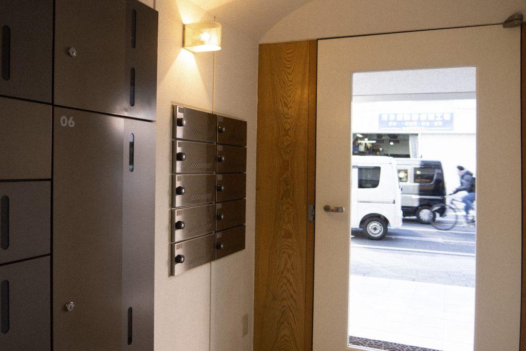 木の素材を使用し、温かみのある玄関。