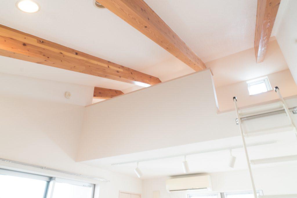風合いある数本の梁がお部屋の一番の特徴。