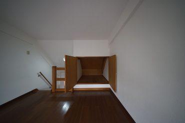 寝れるくらい大きな収納、山小屋みたい