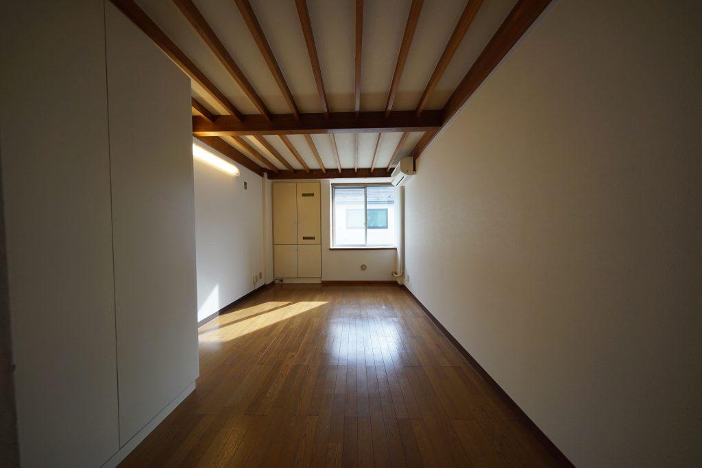 メゾネット、下のお部屋 あの扉の向こうがなんとキッチン