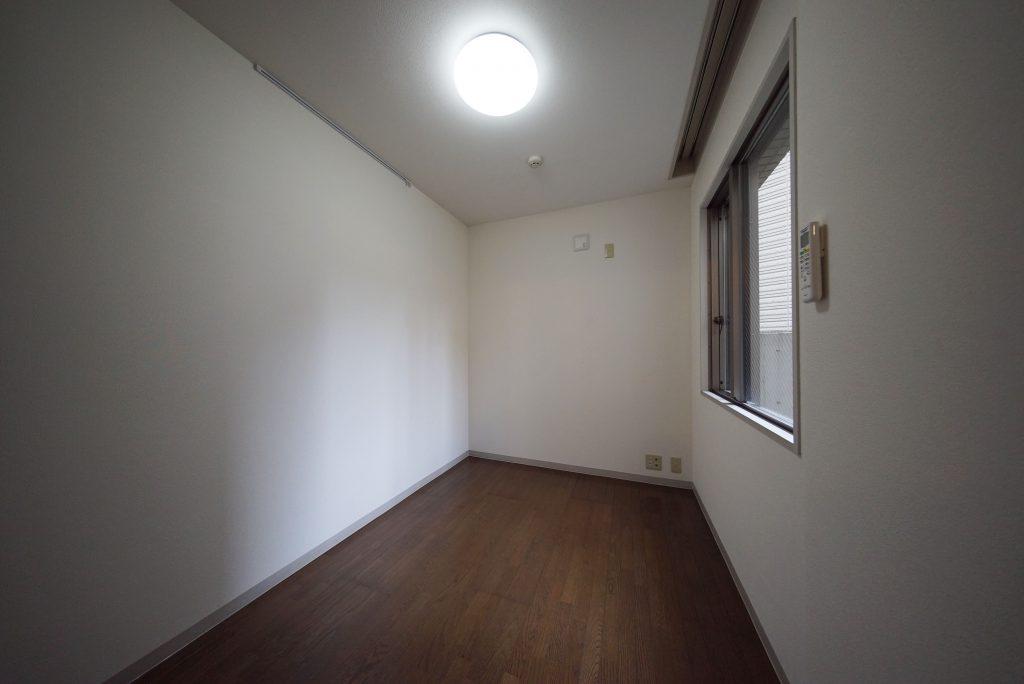 奥の4.2帖の洋室