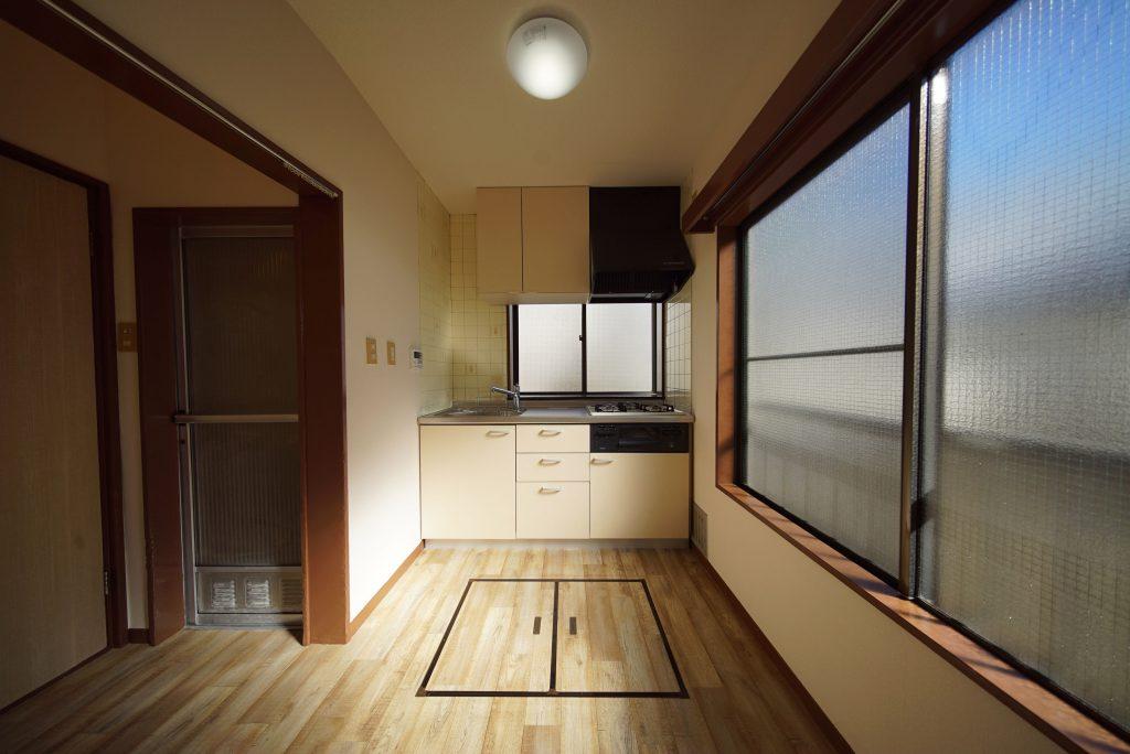 キッチン、手前に床下収納があります