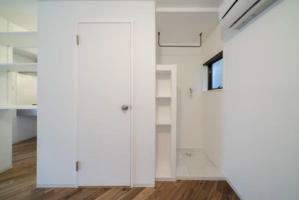 洗濯機置き場。扉の奥はサニタリースペースです。