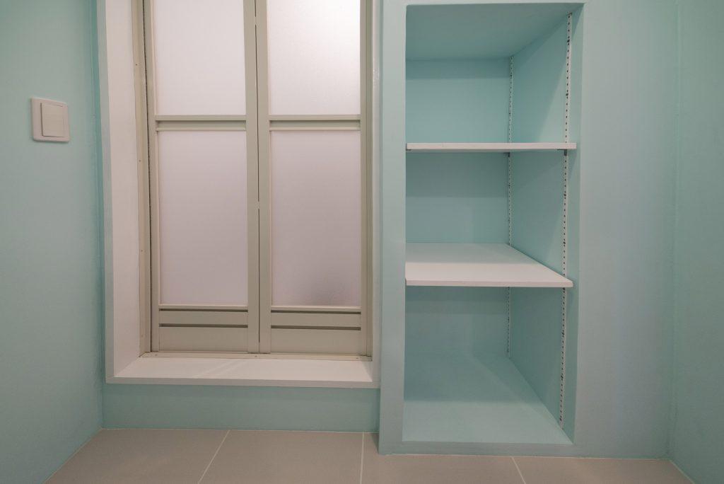 お風呂の隣にはバスタオルなど置いておける可動棚。