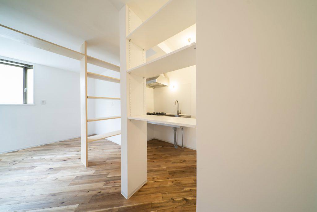 キッチン側にも棚。可動します。