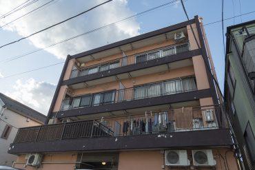 4階建て、レトロオレンジの建物。