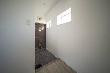 玄関。ふたつの小窓がいいな。