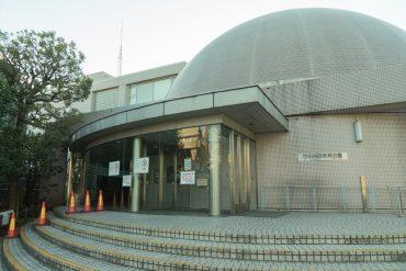 世田谷区立中央図書館まで、走ったら1分。丸いのはなんとプラネタリウム。