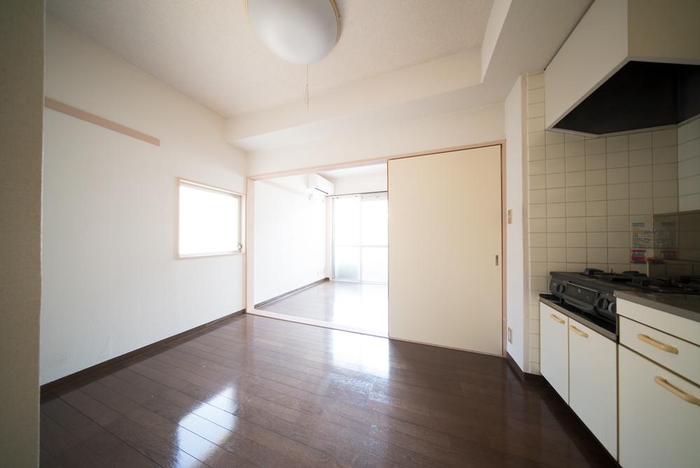 玄関入って右手のキッチンと、その奥の洋室。
