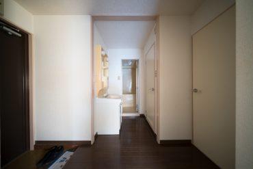 玄関入って左が、トイレとバスルームと洗面スペース。