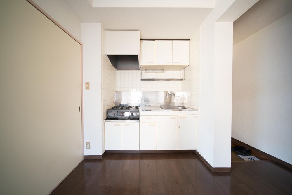 こじんまりした、最低限のキッチン。これで十分だと思います。
