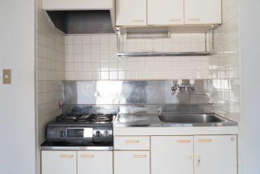 キッチンはコンパクトで最低限。