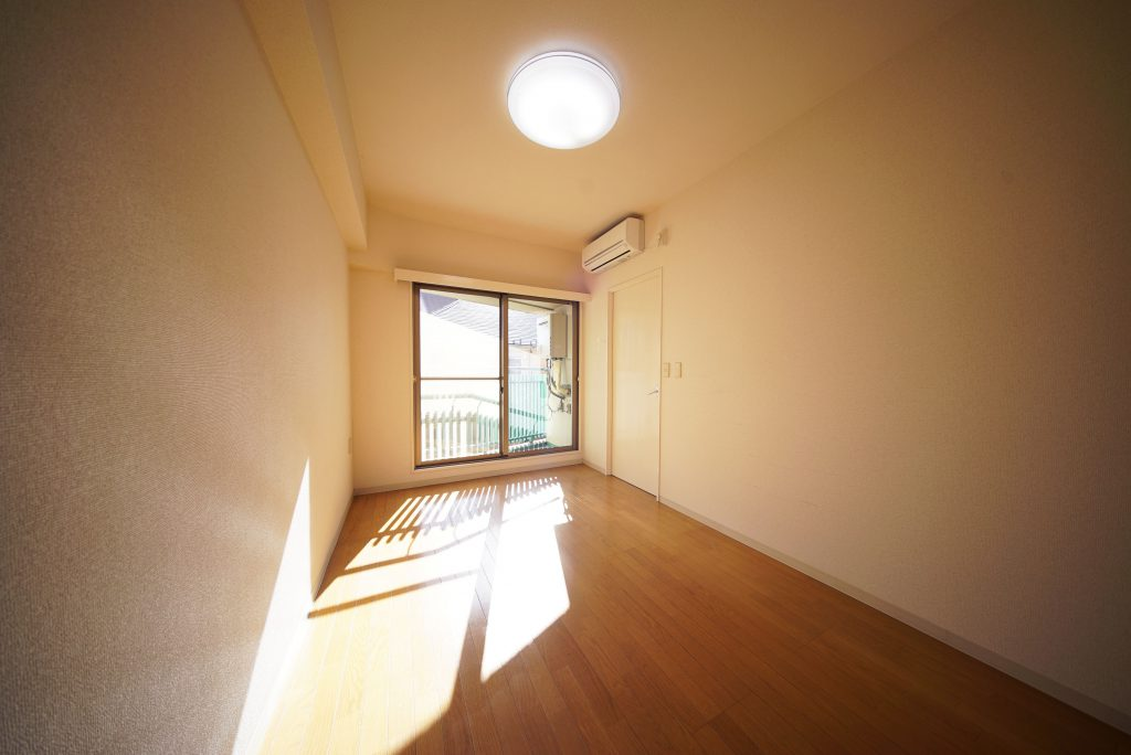 6帖の洋室。陽当たりがよくて逆光。朝10時です。