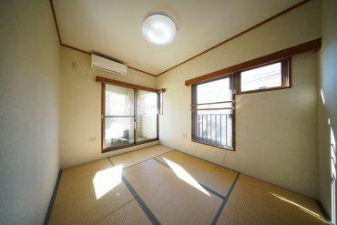 6帖の和室。2面に窓があります。