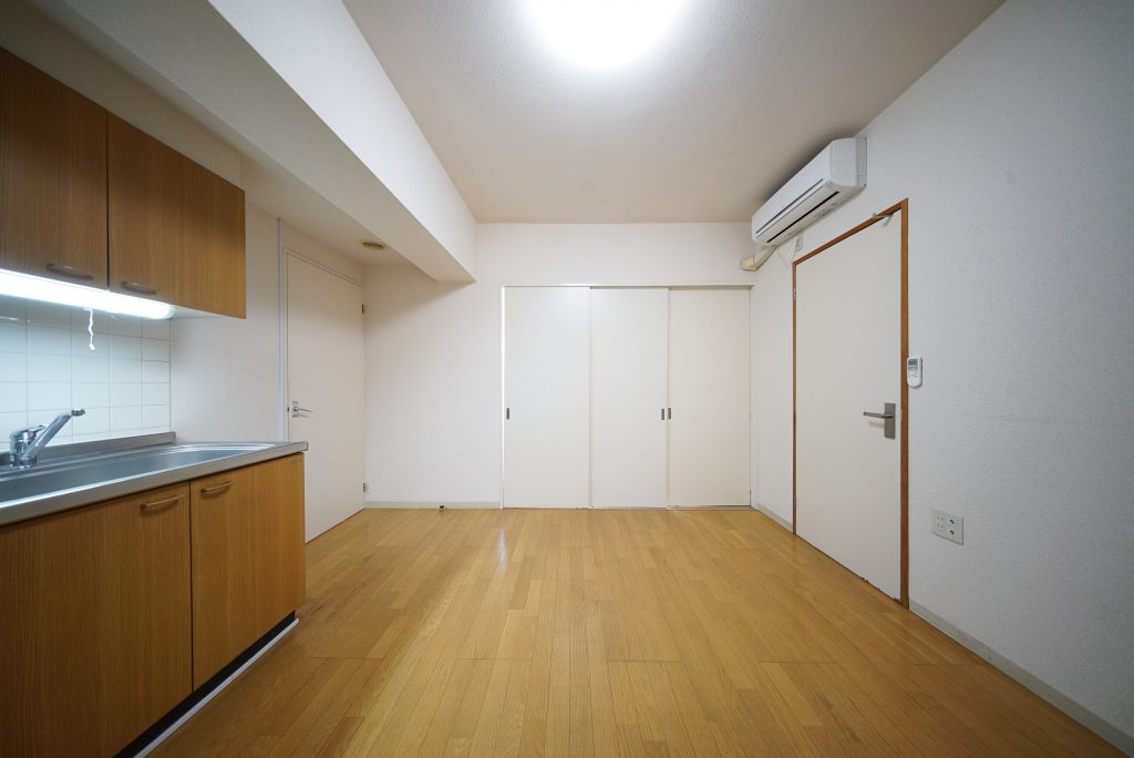 8帖のダイニング。3部屋の扉。