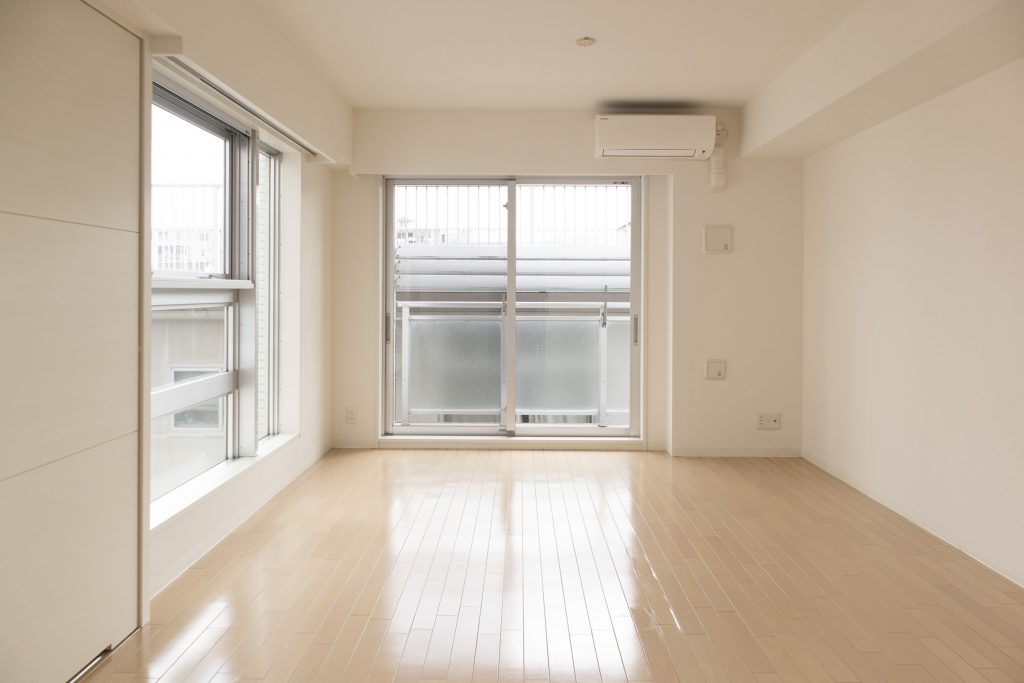 大きめの窓の明るいお部屋です。
