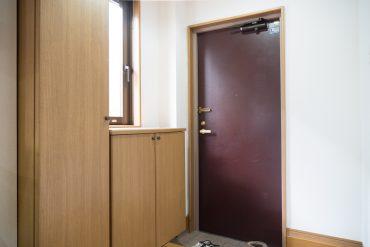 玄関にはシューズボックスが。窓も付いていて明るいです。
