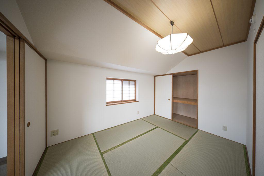 6畳の和室。花瓶に花をさしてちゃぶ台に置いておく。