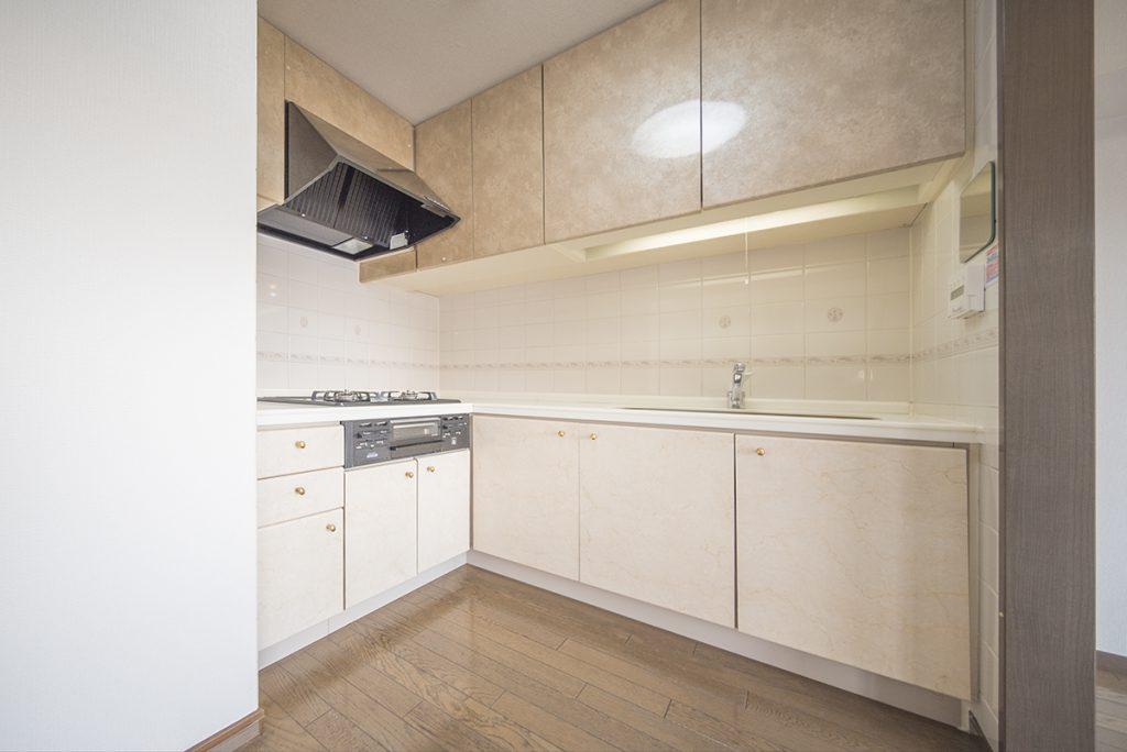 L字型のキッチン。リビングに広く向いているので、家族の距離はわかる。