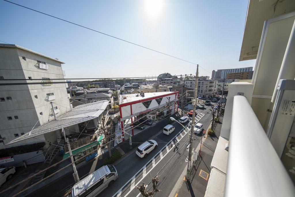 前の道は世田谷通りです。