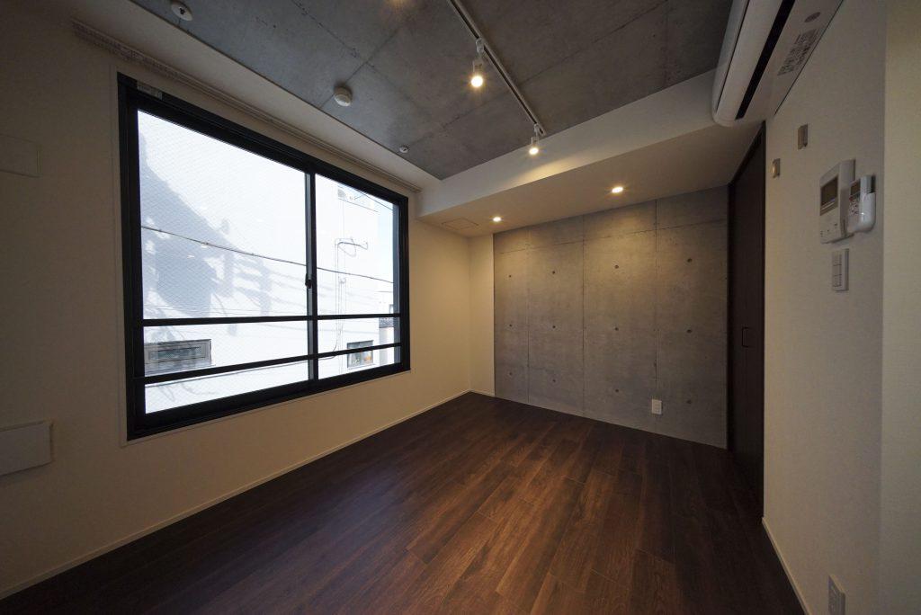 コンクリート打ちっ放しの壁と照明がよい感じ