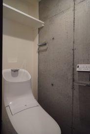 コンクリートの壁の味が出ているトイレ