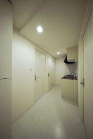 3帖のキッチンなどスペース、奥の扉がトイレです