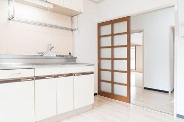 キッチンと廊下を仕切るのはすりガラスの引き戸。