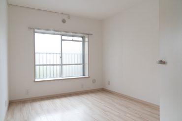 玄関入って左手奥の洋室5帖。こちらには出窓が付いています。C子希望。