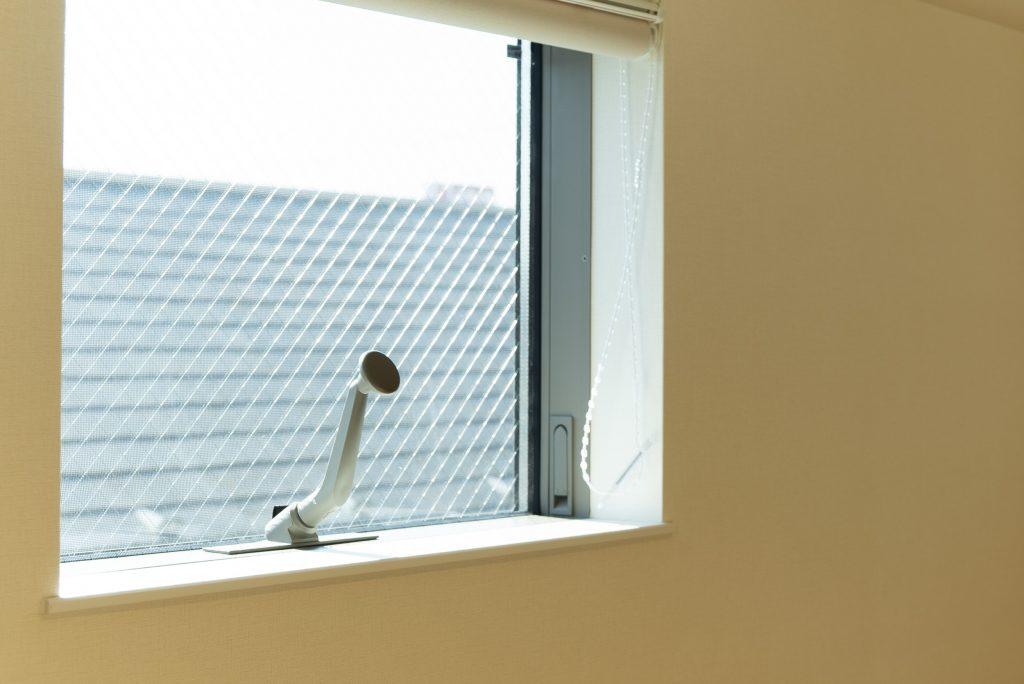 ロフトの小窓。日当たり良き。