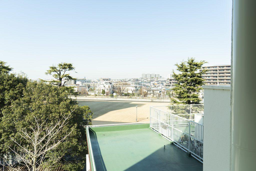 建物の裏側は遊歩道や公園になっています。