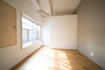 手前の洋室は寝室に。