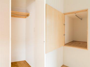 洋室には収納が2つ付いています。