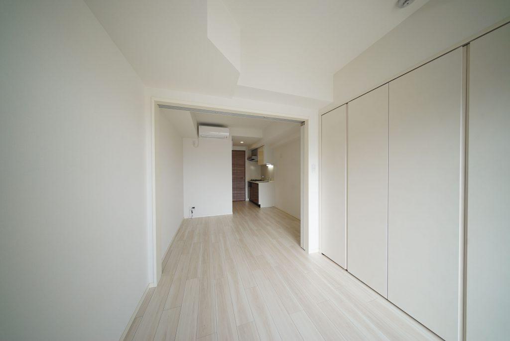 白を基調とした清潔感(写真は反転の別部屋ですが内装は一緒なので参考ください)