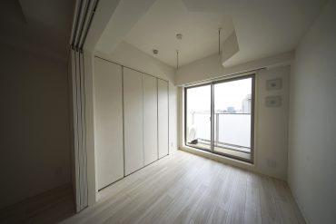 引き戸で仕切った窓側は3.4帖のベッドルームに。(写真は反転の別部屋です)